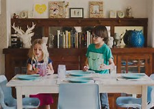 children set the table